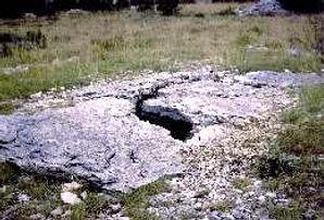 dolmen, dalle faîtière, dalle de fermeture, dalle faîtière fissurée