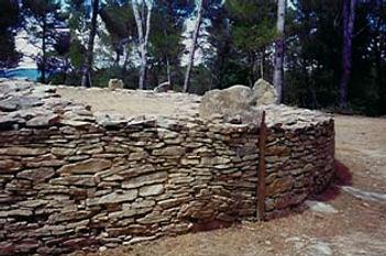 dolmen, tumulus, vue rapprochée d'un tumulus et de son ancrage au sol