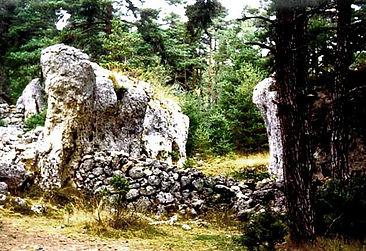 Vestiges du village protohistorique, vue de l'alliance des murs construits et des parois naturelles.