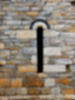 Randonnées pédestres dans des lieux insolites. Lien vers la page sur la chapelle de Saint-Germain. Photo : fenêtre en arc de voûte de la chapelle.