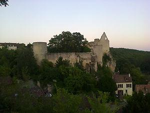 Vue des ruines de l'ancien château des évêques de Poitiers au crépuscule.
