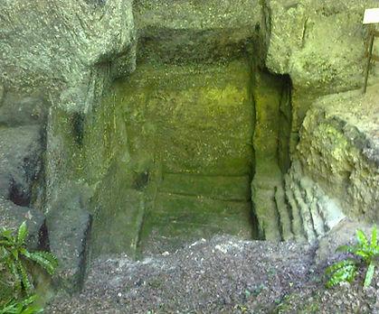 Vue de face d'une carrière de sarcophages mérovingienne