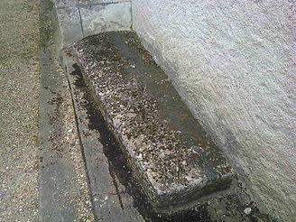 Sarcophage entier, de forme rectangulaire, près de l'église de St Pierre de Maillé.