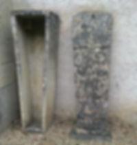 Corps et couvercle  d'un sarcophage en forme de losange. Le couvercle est finement décoré d'arabesques.