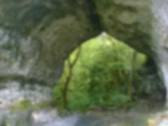Vue 2 de l'arche de pierre située au-dessus de la résurgence des Saint-Sauveur.