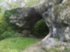 Vue 1 de l'arche de pierre située au-dessus de la résurgence de Saint-Sauveur