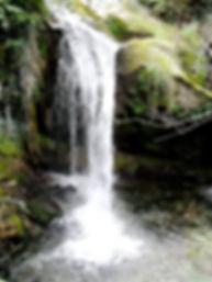 Photo montrant une grande chute d'eau dans les gorges de San Jaume.