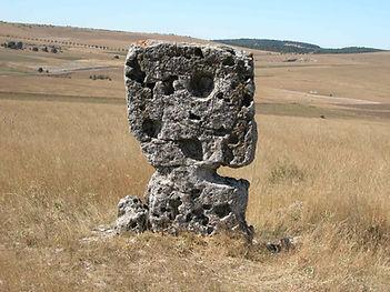 mégalithes, menhirs, pierres dresées, vue d'un petit menhir plat érodé
