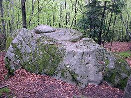 Les énigmes de Morenci, vue élargie du roc sculpté de la Fougasse.