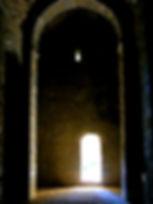 Intérieur de la chapelle de Saint-Germain, voûte de pierre, porte de sortie