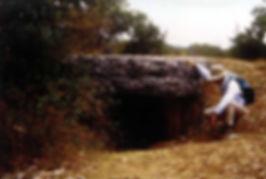 dolmen, dolmen à dalle massive, randonneur découvrant ce dolmen