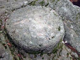 Les énigmes de Morenci, vue rapprochée du disque de pierre du roc sculpté de la Fougasse