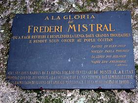 Plaque commémorative, à la gloire de Frédéric Mistral, fixée à l'un des rochers du chaos de Puychaud.