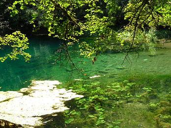 Vue 2 du grand gouffre de Cabouy et de sa résurgence, eau tranparente et turquoise, algues, végétation.
