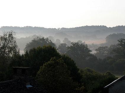 Randonnées pédestres dans des lieux insolites. Photo : vue des Monts de Blond dans la brume.