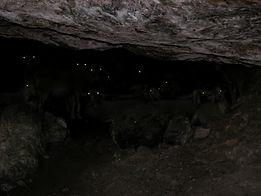 Intérieur de la grotte préhistorique de la Baumelle dans l'obscurité.