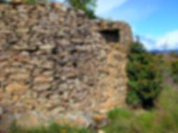 Grand mur de lauzes, vue rapprochée, détails sur la technique de construction.