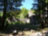 Vue 2 du moulin ruiné sous les arbres à côté du gouffre de Cabouy.
