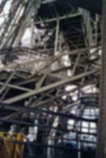 Photo d'enchevêtrements métalliques dans la tour Eiffel.