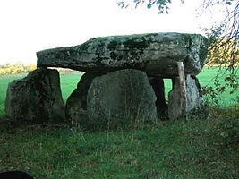 Vue de profil du dolmen de la Borderie.