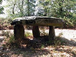 Vue latérale du dolmen de Rouffignac