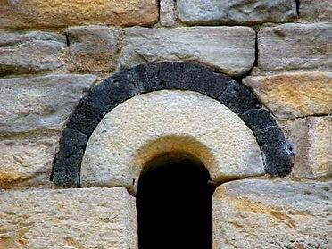 Fenêtre de la chapelle de Saint-Germain. Détail de la décoration de pierre noire
