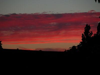 Photo de ciel crépusculaire rouge sang.