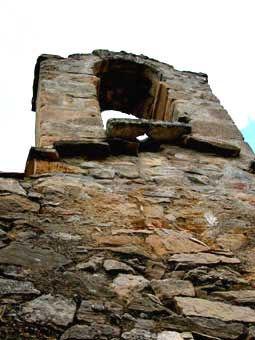 Vue du clocher méridional de l'église de Saint-Martin. Passage de la corde de la cloche.