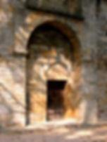portail voûté et entrée de la chapelle de Saint Germain