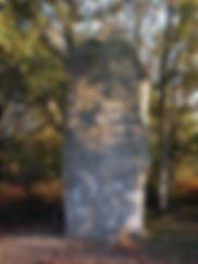 Beau et imposant menhir de Ceinturat avec sa corniche, vue de face.