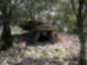 Dolmen dans un lieu aride et caillouteux. a