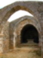 Randonnées pédestres dans des lieux insolites. Lien vers la page sur l'église de Saint-Martin à Paguignan dans l'Aude. Photo : travée de l'église.