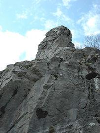 Les énigmes de Morenci, vue en contre-plongée du monolithe.