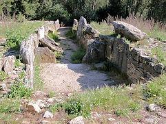 dolmen ruiné, allée couverte longue, vue en perspective