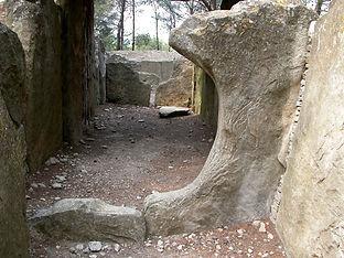 dolmen, allée couverte (très long dolmen), détails d'un passage circulaire dans le dolmen