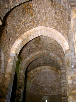 Intérieur de la chapelle de Saint-Germain, voûtes de pierre