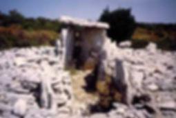 dolmen, dolmen à accès par couloir rectiligne 4, très long couloir de dalles dressée