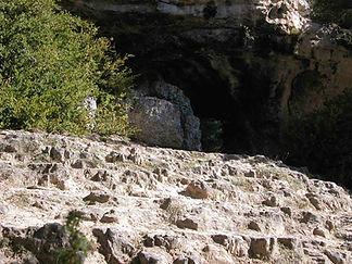 Grotte préhistorique de la Baumelle et son escalier d'accès taillé dans le roc, vue rapprochée