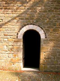 Porte de la chapelle de Saint-Germain, décoration en arceau de pierre noire