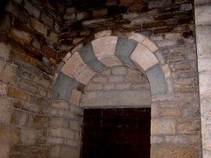 Extérieur de la chapelle de Saint-Germain, décoration discrète de la porte d'entrée.