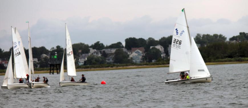 SYC C420 leading several boats around leeward Mark: