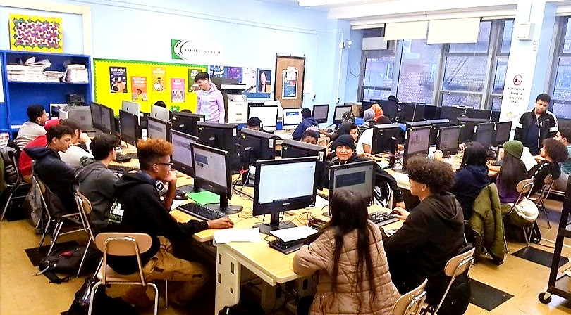 আইসিএইচএস কম্পিউটার ল্যাবে পিবিএটি-তে কাজ করা শিক্ষার্থীরা