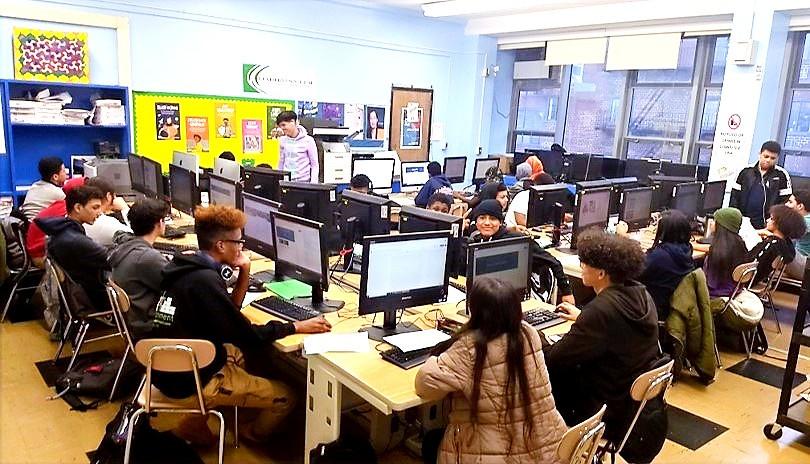 Estudiantes que trabajan en PBAT en el laboratorio de computación de ICHS