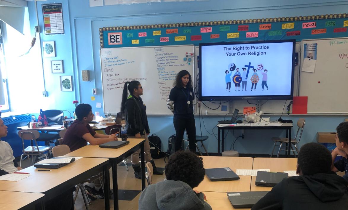 Los estudiantes dirigen una presentación sobre los derechos de las personas