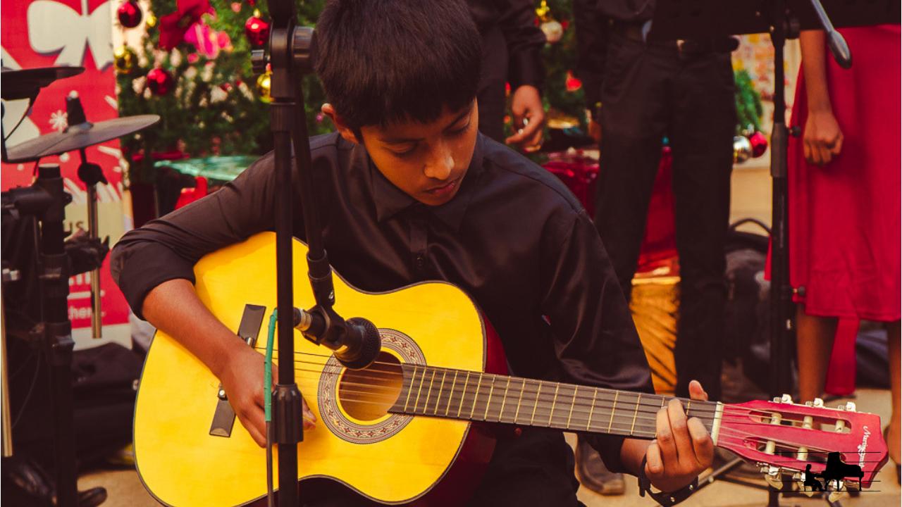 Joshua presents 'Jingle bells' in fi