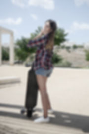年輕的女滑板