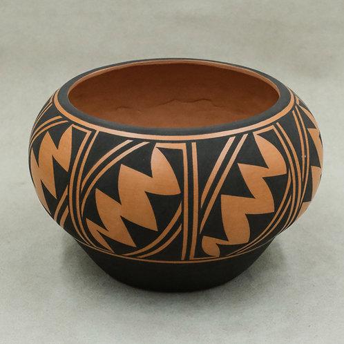 Medium Pot by Avelia Peynetsa