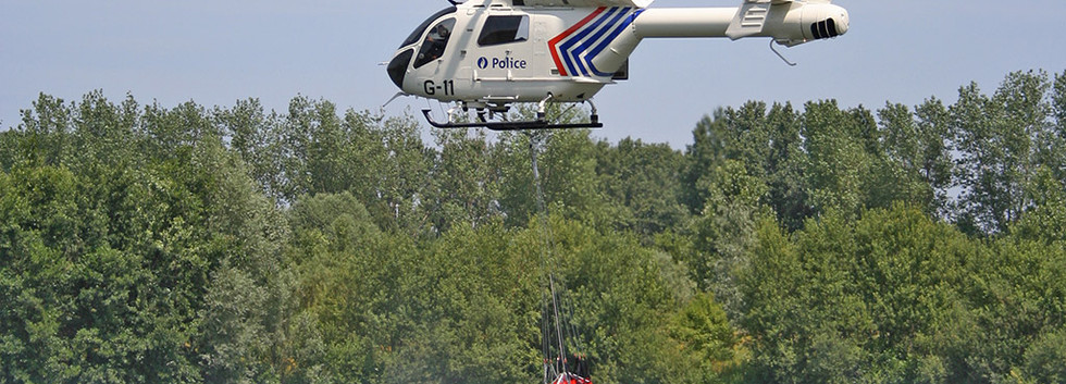 G-11 in action with the Bambi bucket for firefighting training over the Weerde lake on 27 June 2005.