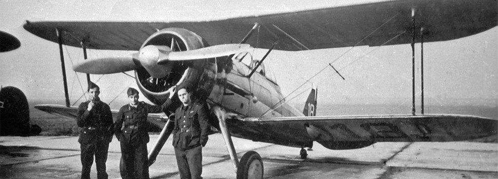 Ground crews in front of Gloster Gladiator I G-18
