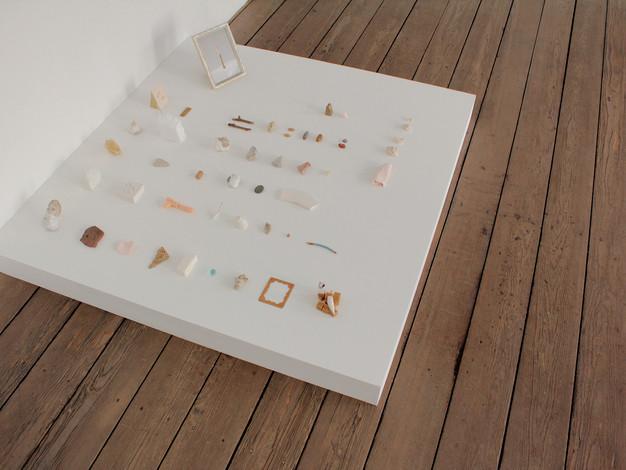 Les fragments (objets trouvés et objets fabriqués, socle)  Crédit photo : Magali B. Marchand